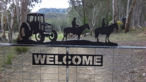 Metal Art - Tract with 2 Horse Riders Gate Topper